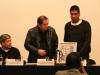 El pintor Guillermo Ceniceros entrega el premio
